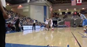 Баскетболист пробежал с мячом между ног у соперника