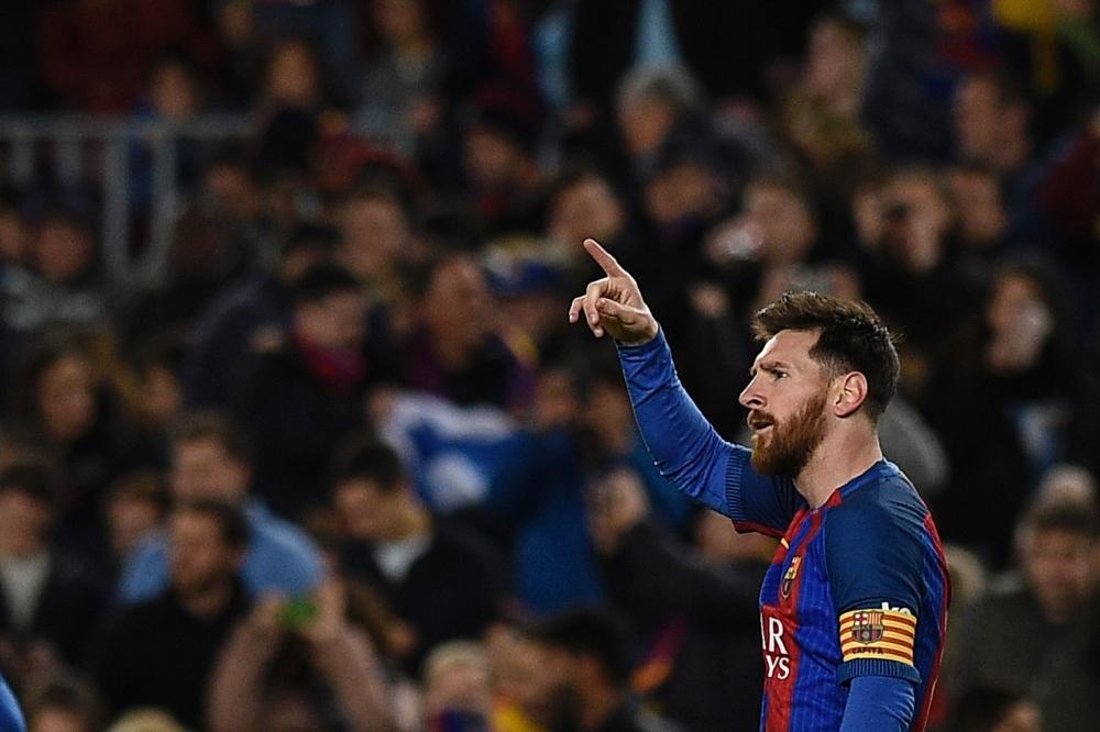 Лионель Месси забивает за Барселону
