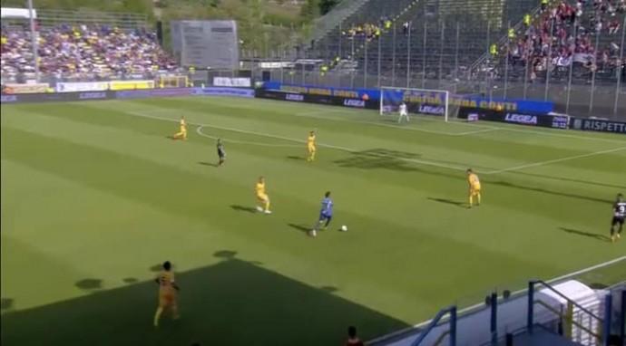 Голкипер протащил мяч 80 метров и создал момент для своей команды (Видео)